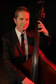 Le contrebassiste du Swing Klezmer Orchestra pour votre mariage